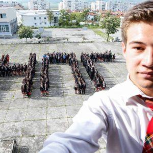 """Общото SELFIE на 700 учители и ученици остава в историята на НПГ """"Д. Талев"""""""
