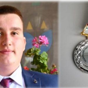 Aтанас Бекташев от 12.Б клас е приет в УНСС след призово класиране на Национално състезание